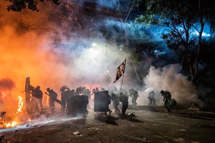 ▲上個月香港多個大學遭到警方發射催淚彈,其中最為嚴重的分別是中文大學與理工大學。學校內大多是年輕的示威者。(圖/翻攝自推特