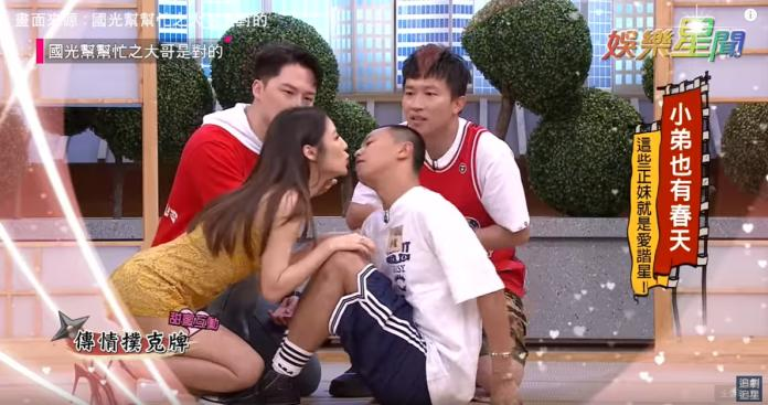 <br> ▲小鬼和正妹Vicky在眾人面前大玩「嘴對嘴」的傳情遊戲。(圖/翻攝Youtube)