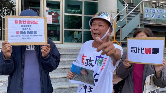 民俗專家廖大乙頭戴鋼盔,在地檢署前怒嗆台灣「沒政府了」!