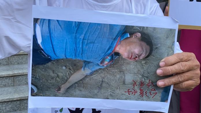 <br> ▲廖大乙出示去年被打到昏厥在地的照片。(圖/記者陳聖璋攝,2019.12.09)