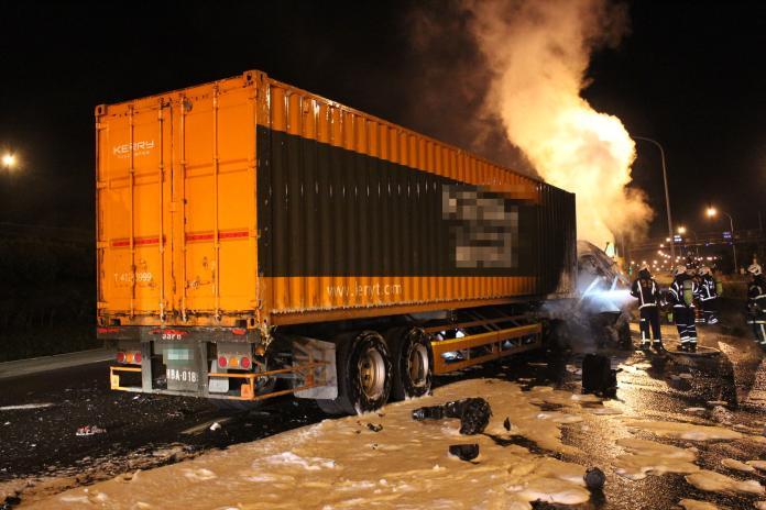 貨櫃車撞聯結車