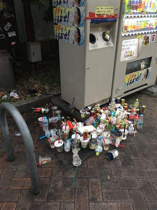 環境方面,珍奶的普及導致了垃圾問題 ; 而垃圾問題也讓人們意識到保護環境的重要性(翻攝自舞 SHEER / STAND「C」Twitter)
