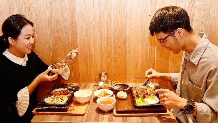 ▲鐵板料理上桌時伴隨著滋滋聲響及撲鼻肉香,特別療癒。(圖/記者陳美嘉攝)