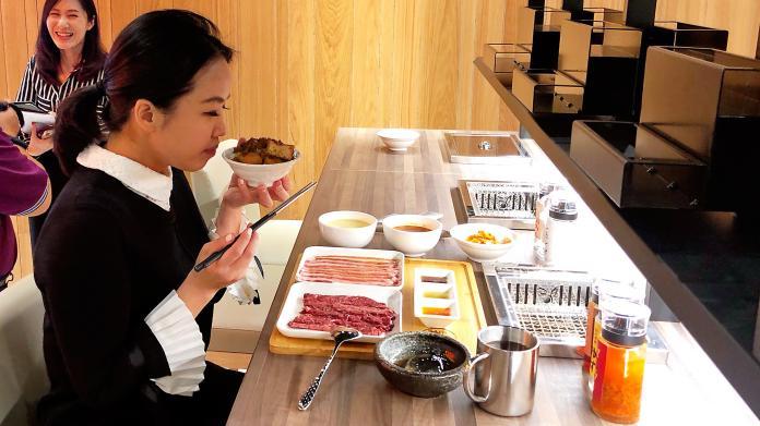 <br> ▲業者推出復古懷舊的排餐及燒肉套餐,搭配自助吧無限供應。(圖/記者陳美嘉攝)
