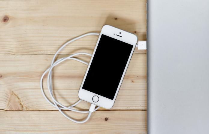 ▲睡覺時手機充電好嗎?專家揭「人性最大恐懼」。(示意圖/翻攝自 pixabay )
