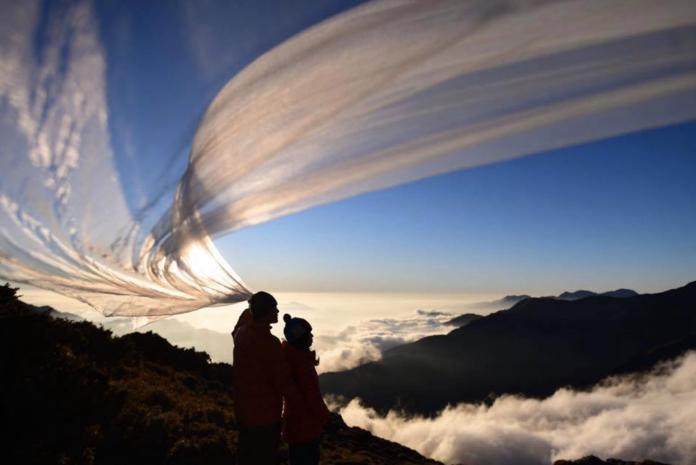 11月30日,一對新人登上海拔超過3,600公尺的奇萊主北峰,由攝影師敏敏操刀拍出一系列絕美婚紗照,引網友盛讚。(圖片提供:敏敏)