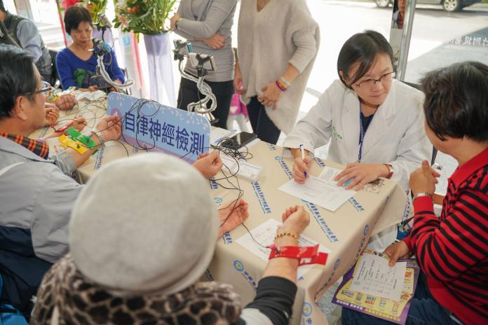 ▲中醫大新竹附醫週年院慶舉辦健康園遊會,提供免費健康檢測。(圖/中醫大新竹附醫提供)