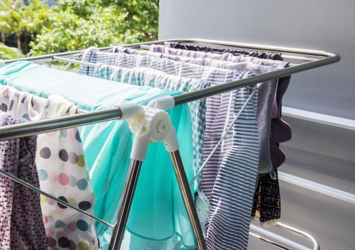 ▲安裝升降式晾衣架、使用折疊掛衣架,讓陽台曬衣量倍增。(圖/信義居家提供)