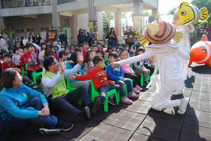 <br> ▲即將於12月15日晚上7點到彰化市永安夜市公演的紙風車劇團在市立幼兒園表演讓小朋友先賭為快。(圖/記者陳雅芳攝,2019.12.12)