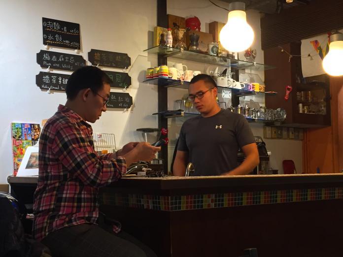 側寫/同志咖啡店恐黯然熄燈 一張破了洞的保護網