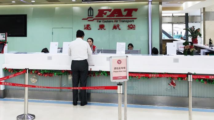 ▲高雄小港機場遠東航空櫃檯仍有人員服務旅客。(圖/記者郭俊暉攝 , 2019.12.13)