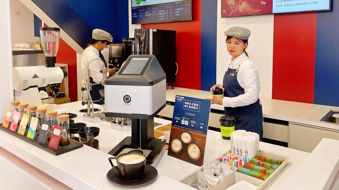 ▲涵蓋超商、咖啡、烘焙、現打啤酒等,創造停留經濟。(圖/記者陳美嘉攝)