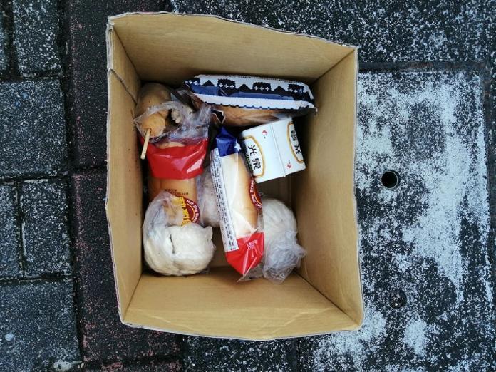 <b>清潔員</b>氣炸!整箱食物遭丟樹下 千人驚見「暖心細節」