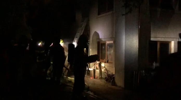 消防人員清理火場時,在2樓發現6具焦屍