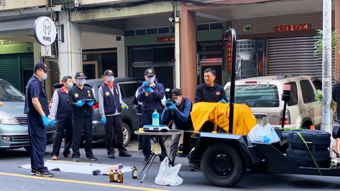 影/對峙超過12時警方三度攻堅!國民黨部炸彈客投降送醫