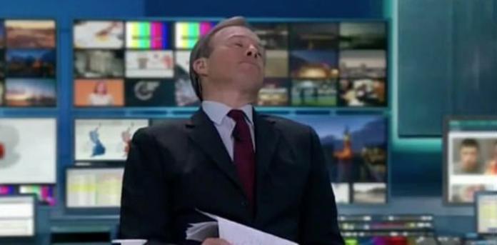▲英國獨立電視台主持人湯姆布萊比,在歷時 8 小時馬拉松播報後,累的直接往後一癱,不想直播鏡頭還未切換。(圖/翻攝自 Scott Bryan 推特)