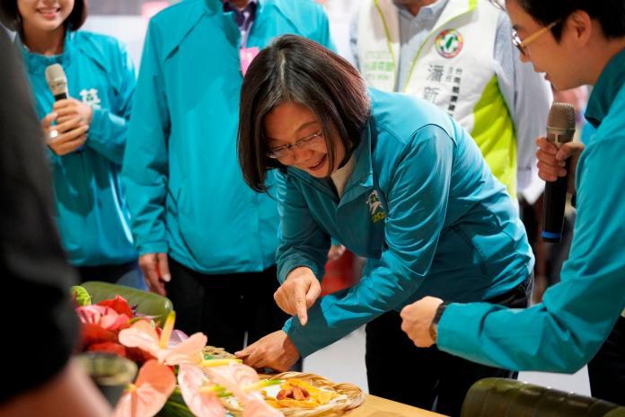 <br> ▲小英總統一眼認出台南特產「芒果乾」,忍不住食指大動。(圖/台南英德競選總部)