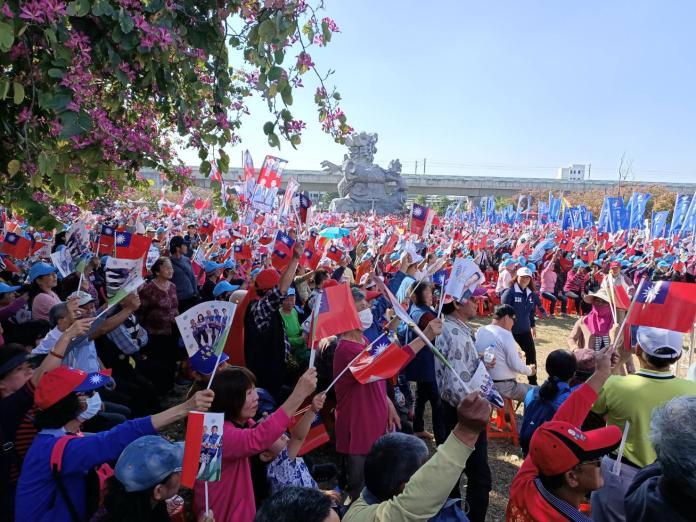 <br> ▲國民黨總統候選人韓國瑜在彰化縣員林市舉行造勢大會,現場數萬名支持者邁力揮舞國旗並高喊當選聲。(圖/記者陳雅芳攝,2019.12.14)