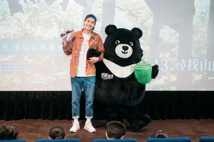 ▲范少勳與《黑熊來了》男主角熊吉拉可愛合影。(圖/牽猴子)