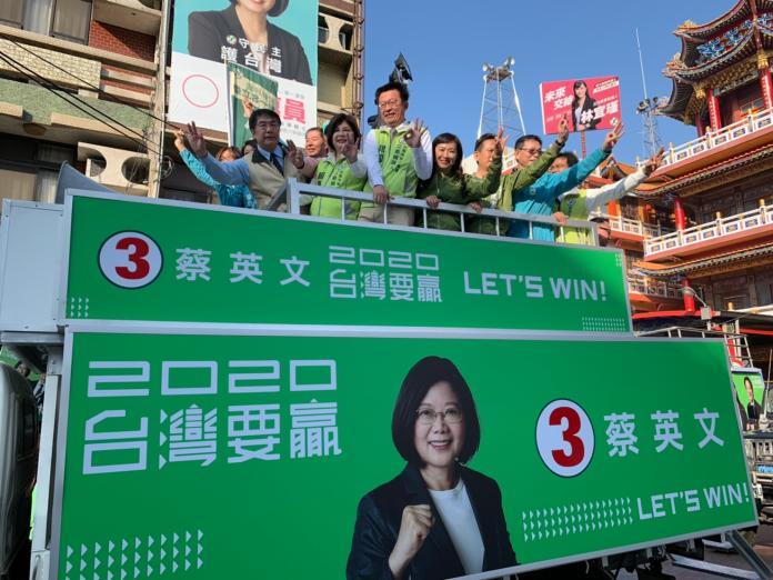 台南英德競選車隊15日起跑,將會陸續前往台南37個行政區,向台南鄉親懇託,3張選票投民進黨,顧台灣