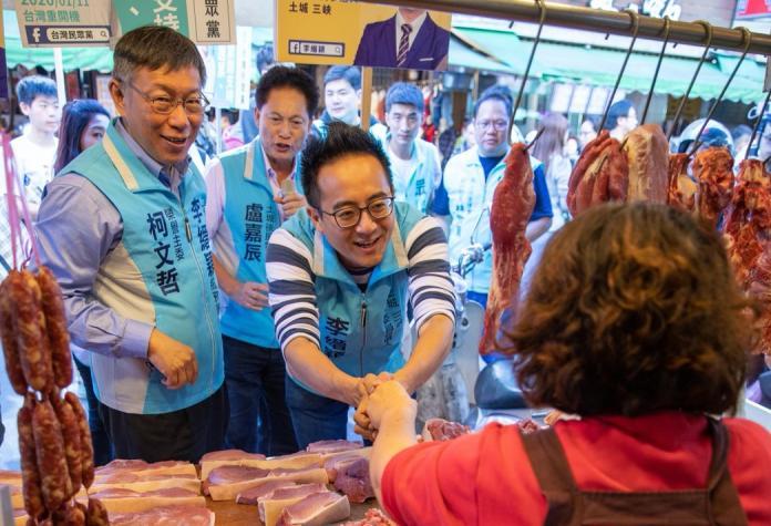 身兼台灣民眾黨主席的台北市長柯文哲,為郭家軍新北市立委候選人李縉穎掃街造勢。