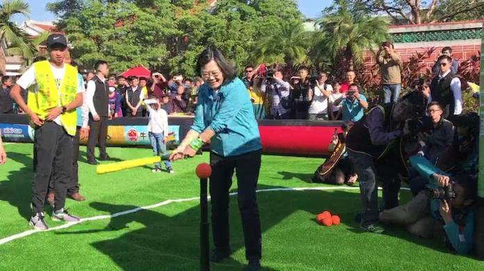 影/小英總統參加足球派對嘉年華 挑戰關卡賽