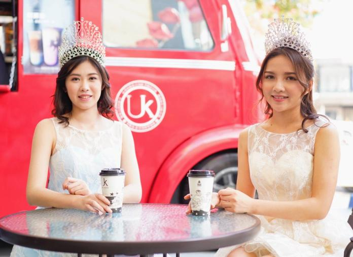 ▲柯純心(左)與劉宜欣(右)擔任咖啡餐車一日店長,成為城市最美的風景。(圖/UK  Tea  X  Coffee提供)