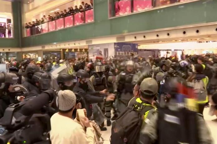 ▲ 15 日香港多座購物商場再湧示威潮,警民衝突再現。(圖/美聯社/達志影像)