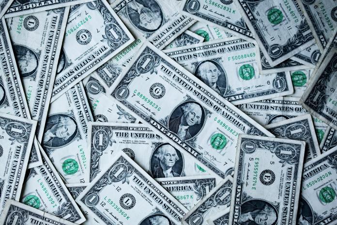 ▲美國 1 名鞋店女員工,近日發現自己的銀行帳戶多了筆鉅款,還以為是耶誕老人賜下大禮。示意圖。(圖/ Unsplash )