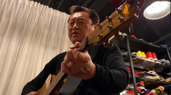 <br> ▲高以翔爸拿吉他高歌。(圖/翻攝臉書)