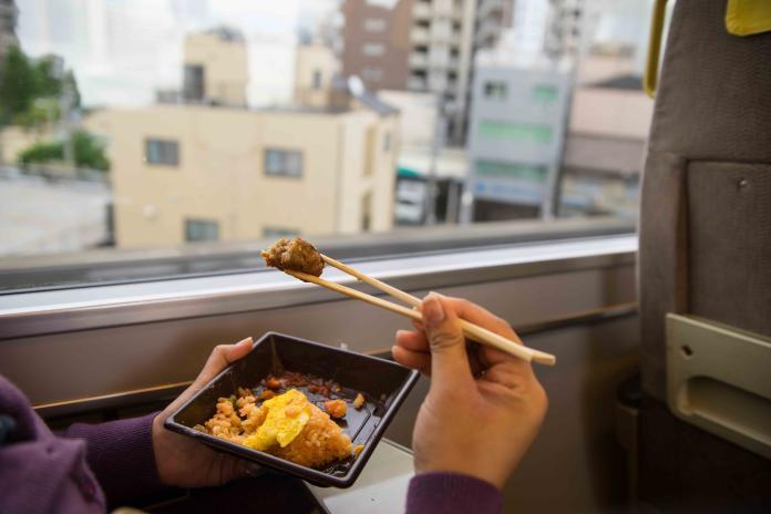 雖然在電車、火車上可以吃東西,但切記不要在人多的時候吃,或是吃味道很重的食物,例如咖哩飯。密閉空間裡味道不容易散去,會讓其他乘客感到不適。(Shutterstock)