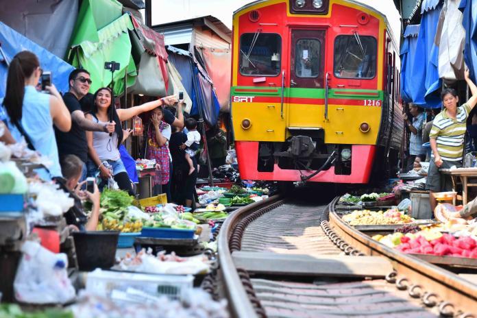 泰國曼谷美功鐵路市場(Shutterstock)