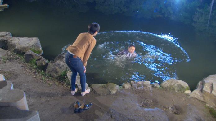 <br> ▲潘柏希當時頂著低溫落入水中。(圖/民視提供)