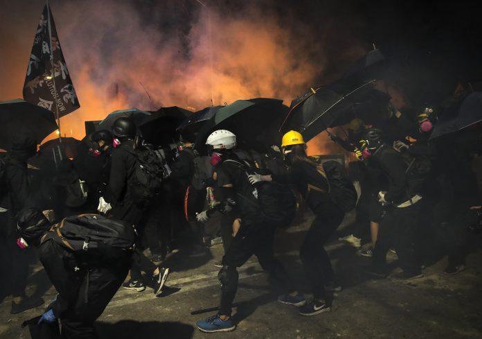▲ 11 月中接連爆發的港警進攻、包圍香港中文大學和理工大學,再度引起軒然大波。(圖/美聯社/達志影像)