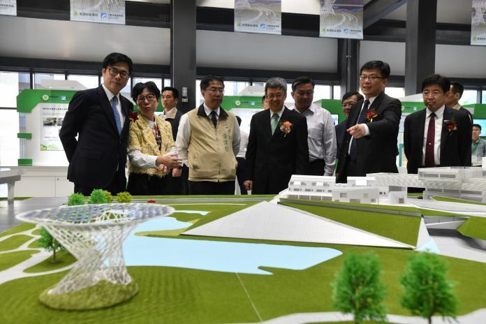 副總統陳建仁(右三),仔細觀看場域模型