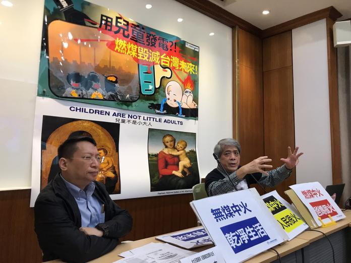 ▲台灣健康空氣行動聯盟理事長葉光芃(右)今(16)日表示,若小孩暴露在空汙之下,會增加氣喘機率。(圖/記者賴志昶攝)