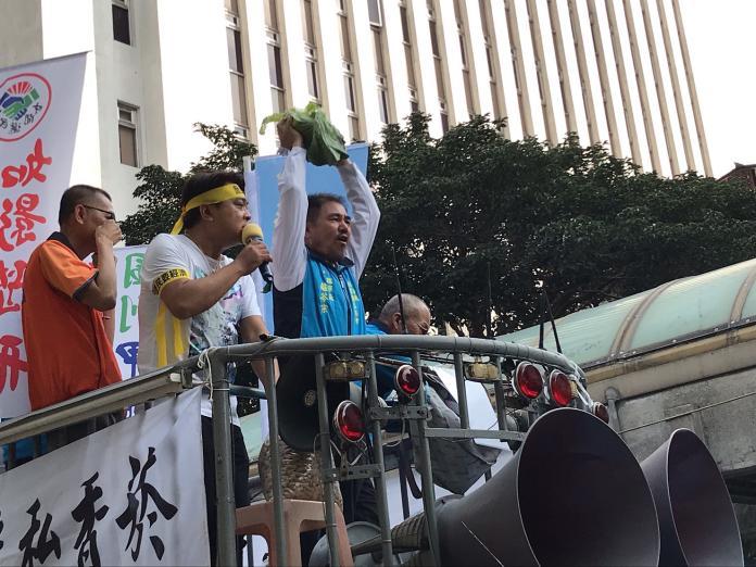 漁團號召上千農漁民 怒擲高麗菜、花生抗議農業政策