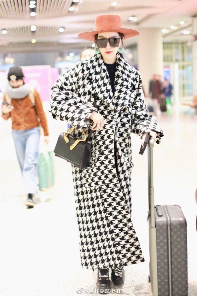 ▲范冰冰與母親華麗現身,浮誇的打扮引起路人側目。(圖/全球潮流接拍微博)
