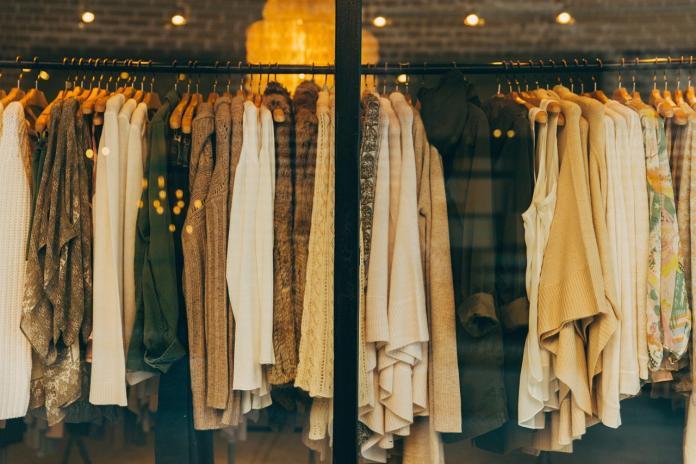 買衣服該選「網購or店面」? 答案一面倒:別再選便宜的