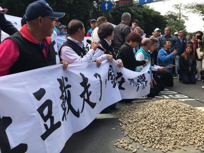 <b>花生之亂</b>!雲林議員號召200農民下跪陳情 農糧署回應了