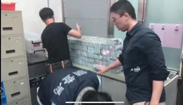 檢調單位查獲大批涉嫌洗錢的現金。