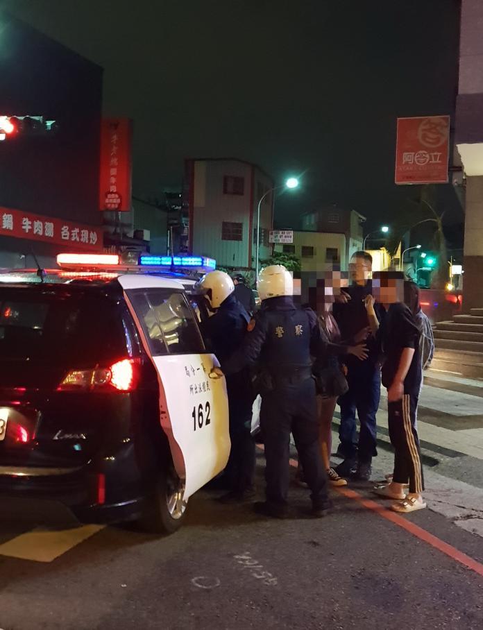 <br> ▲第一分局警方將主要滋事的三名男子押上警車。(圖/民眾提供)