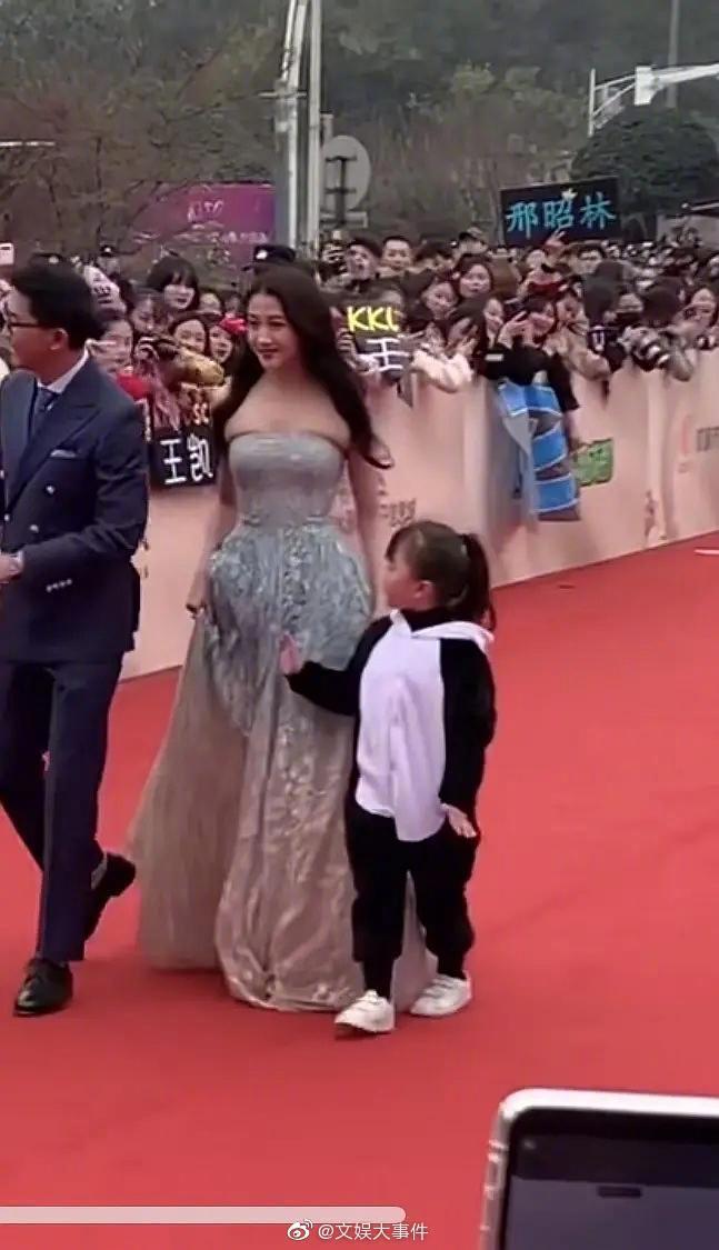 ▲關曉彤在紅毯上演禮服災難。(圖/文娛大事件微博)