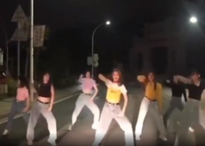 ▲大陸廣東近日有民眾向當地警方檢舉,說有舞群為了拍攝短片佔用車道,造成交通安全問題。(圖/擷取自 Youtube 片段)