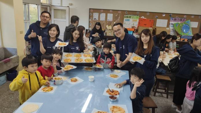 影/暖心料理 連鎖飲料店為國小生製作聖誕Pizza餐