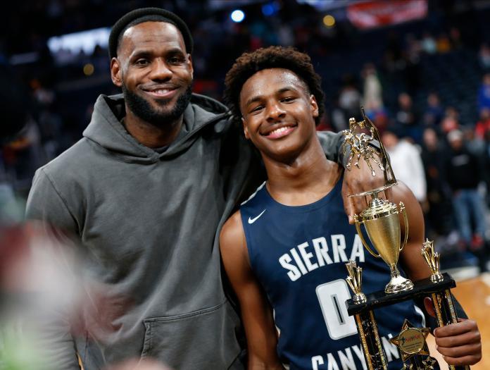洛杉磯湖人球星LeBron James和他兒子Bronny合影。(圖/美聯社/達志影像)