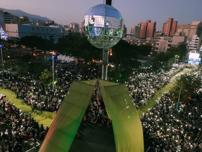 ▲「Wecare高雄」、「公民割草行動」等罷韓團體舉行「罷韓大遊行」,群眾們拉著「保衛台灣」的綠色大旗,場面壯觀。(圖/Wecare高雄提供)