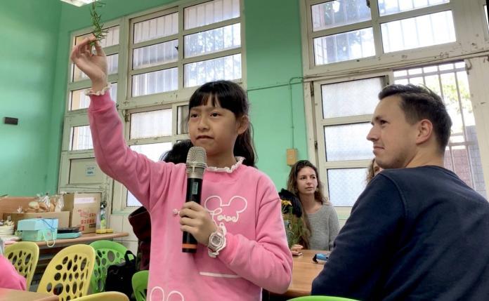 <br> ▲楊媛雰說,今天能夠親自看到學伴姊姊,跟她一起體驗學校的香草料理和課程,真的是很難得。(圖/記者陳雅芳攝,2019.12.22)