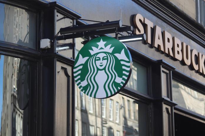 ▲一名女孩赴星巴客用餐被告知「馬克杯不夠」,拿到飲料卻藏亮點。(示意圖,非當事店/取自 Pixabay )