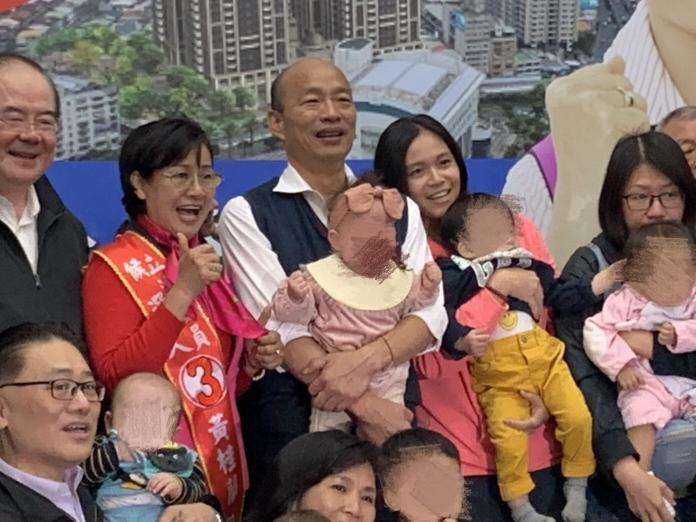 韓國瑜抱女嬰遭綠營抹黑?嬰兒媽友人道歉曝光:不再回覆